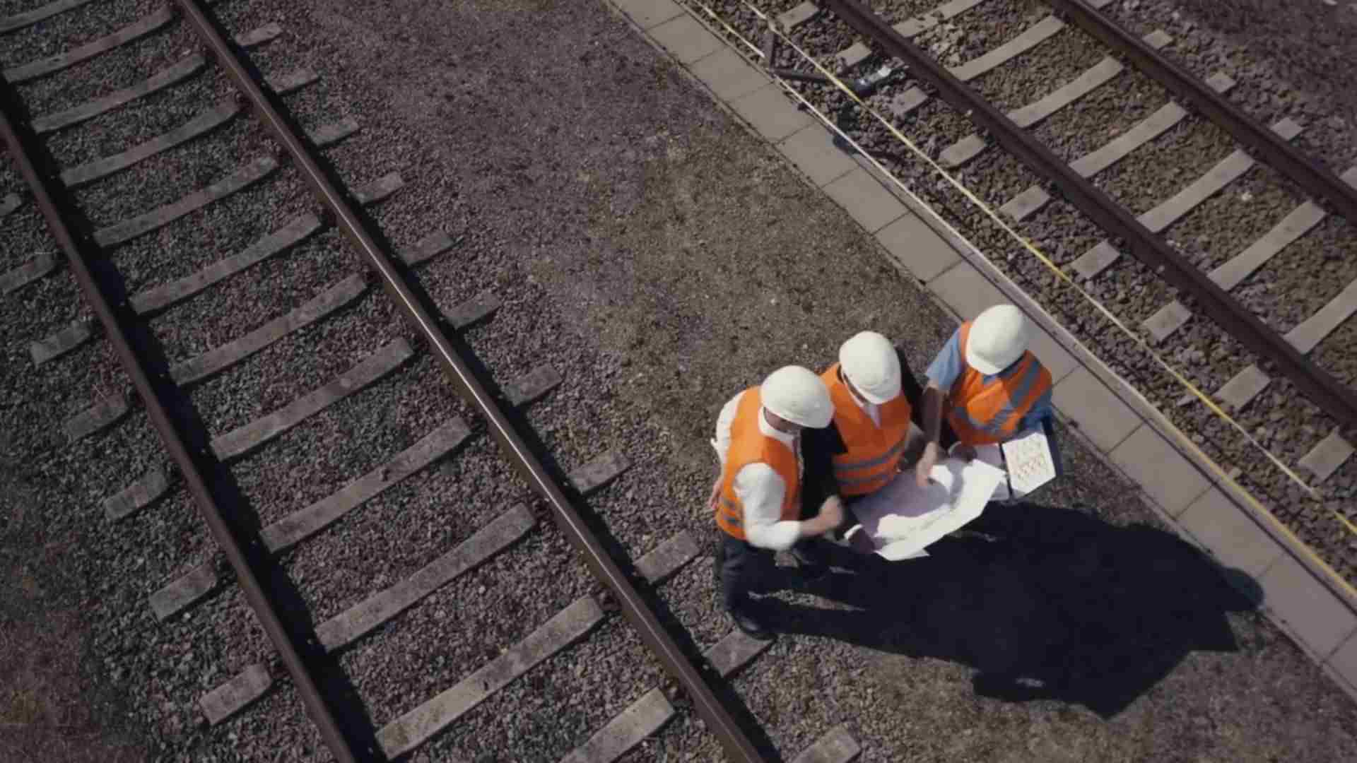 ingegneri al lavoro in ferrovia